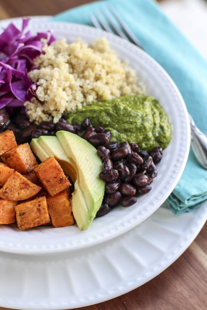 Loaded veggie quinoa bowls that are low calorie but high on flavor! Easy meals to prepare in bulk for a few days of healthy meals!