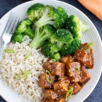 Crispy baked tofu with broccoli and rice